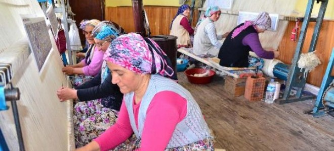 Demirci'nin 200 yıllık geçim kaynağı ; halıcılık